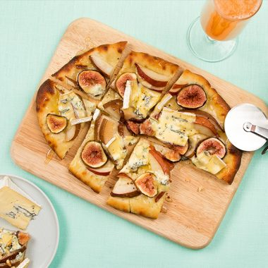 Bildmotiv für Flatbread with pears, figs and CAMBOZOLA cheese