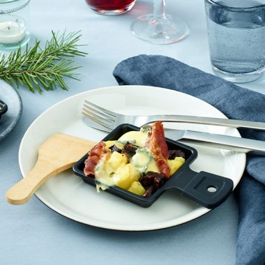 Bildmotiv für CAMBOZOLA Raclette Skillet with Potatoes, Bacon and Prunes