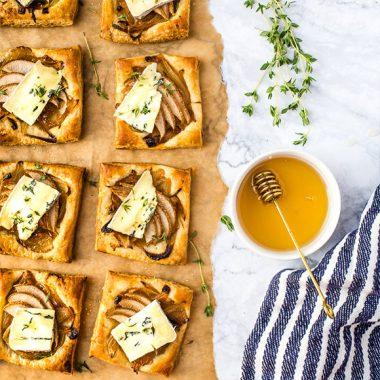 Bildmotiv für Tarteletter med CAMBOZOLA Black Label, päron och lök